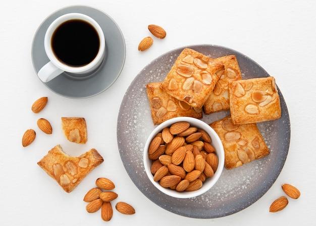 Gebackene kekse mit mandeln und kaffee