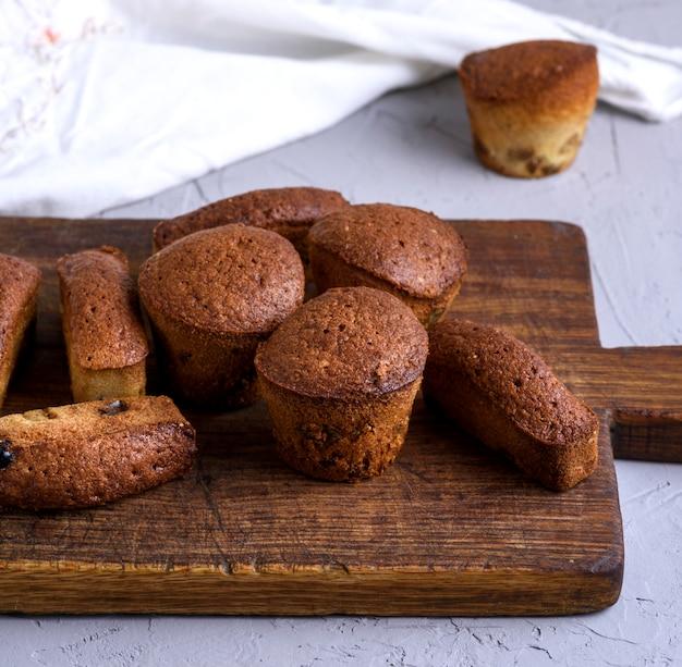 Gebackene kleine cupcakes mit getrockneten früchten