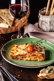 Gebackene lasagne mit gehacktem bolognese.