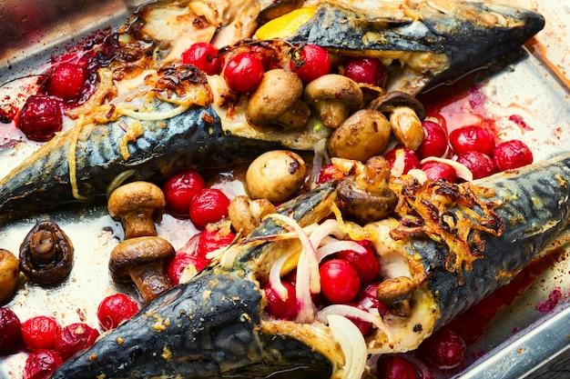 Gebackene makrele mit kirschsauce.fisch gefüllt mit beeren in auflaufform