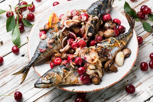 Gebackene makrele mit kirschsauce.fisch gefüllt mit beeren.scomber auf dem teller
