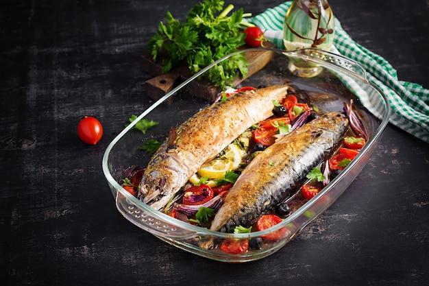 Gebackene makrele mit kräutern und zitrone und gemüse. gesundes abendessen.