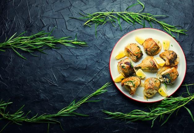 Gebackene makrele mit zwiebeln und kräutern. platz für text