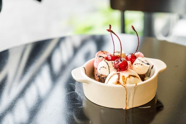 Gebackene marshmallow- und schokoladen-brownies mit eis