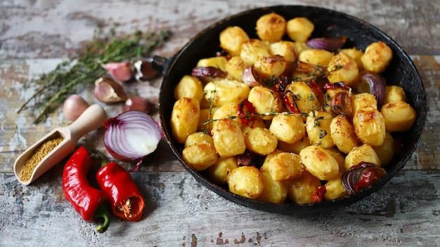 Gebackene minikartoffeln in einer pfanne.