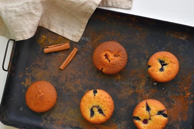 Gebackene muffins mit zimt und schokolade auf einer grillplatte. köstliches essen.