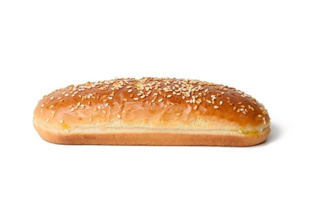 Gebackene ovale hot-dog-brötchen, backwaren mit sesam bestreut und auf weißem hintergrund isoliert