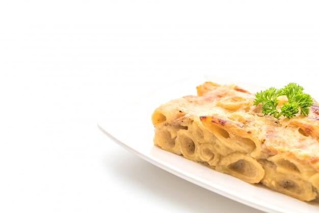 Gebackene penne pasta mit käse und schinken