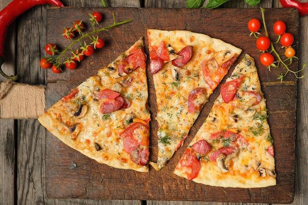 Gebackene pizza mit geräucherten würstchen, champignons, tomaten, käse und dill