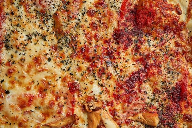 Gebackene pizza mit salami chorizo mit roter sauce und geschmolzenem käse in einer zusammensetzung mit zutaten. nahaufnahme textur