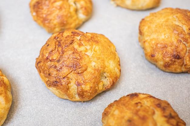 Gebackene schnitzel (fleischbällchen) auf einer backblech-nahaufnahme. das konzept des hausgemachten essens, kochen.