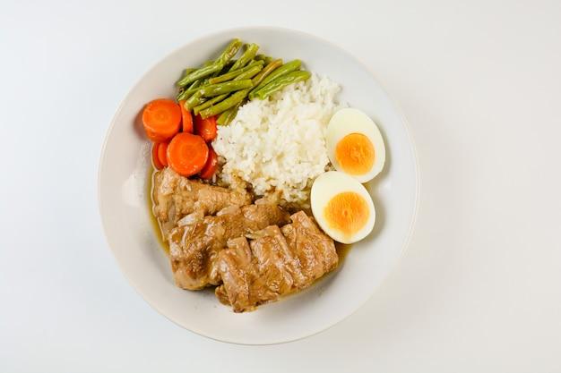 Gebackene schweinerippchen mit reis, gekochtem ei und gemüse