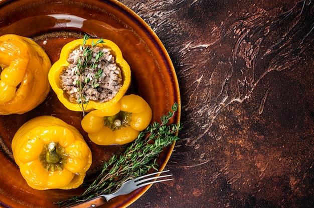 Gebackene süße paprika gefüllt mit rindfleisch, reis und gemüse