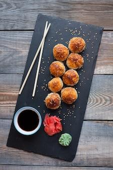 Gebackene sushi mit krebsfleisch.