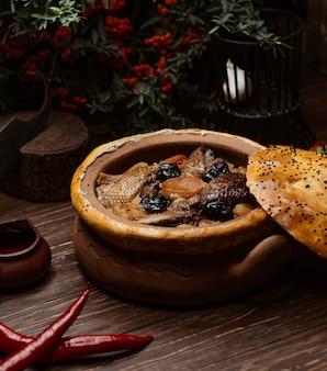 Gebackene torte gefüllt mit rindfleisch, turshu und trockenen früchten.