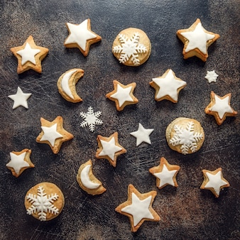 Gebackene weihnachtsplätzchen in form von sternen und schneeflocken. draufsicht