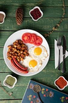 Gebackene wurst mit eiern und kartoffeln