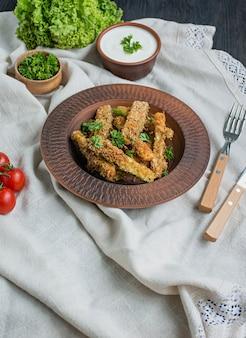 Gebackene zucchini mit käse und semmelbröseln. veganes essen. vegetarische küche. sicht von oben. .