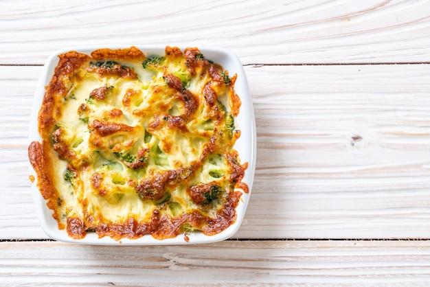 Gebackener blumenkohl und brokkoli mit käse