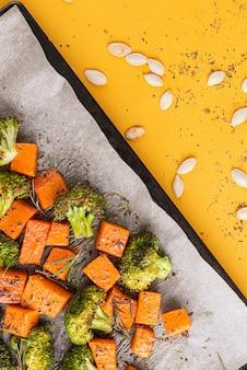 Gebackener brokkoli und kürbis. konzept für gesundes und leckeres essen.