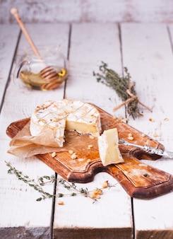 Gebackener camembert mit honig, pinienkernen
