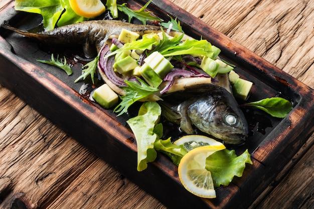 Gebackener fisch mit avocado