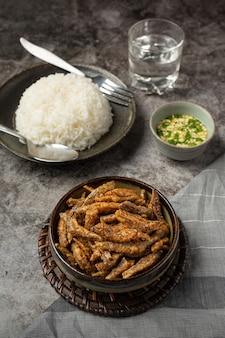 Gebackener fisch mit soße asiatisches meeresfrüchte-konzept.