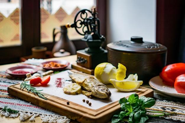 Gebackener fisch seebarsch mit fischgewürzen und salat. meeresfrüchte im restaurant
