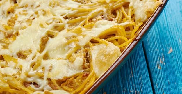 Gebackener frischkäse-spaghetti-auflauf