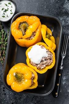 Gebackener gelber süßer paprika gefüllt mit rindfleisch, reis und gemüse