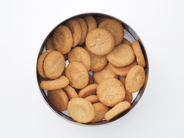 Gebackener keks in metallbox.