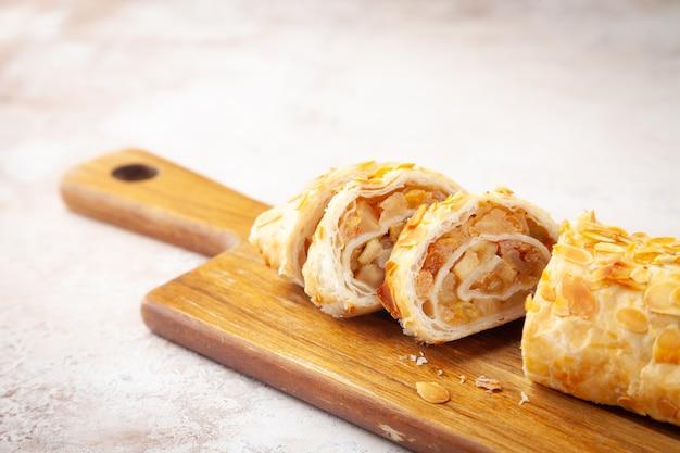 Gebackener keks schweizer brötchen dessert mit früchten und sahne auf scheiben auf holz schneidebrett gehackt, nahaufnahme, horizontal, ansicht von oben, draufsicht, kopierraum, platz für text