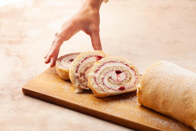 Gebackener keks schweizer brötchen dessert mit früchten und sahne auf stücke gehackt