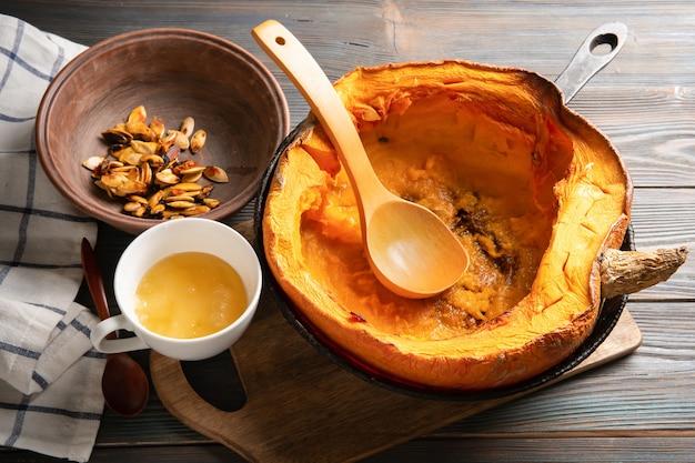 Gebackener kürbis in einer pfanne mit honig und samen. gesundes essen. vegetarisches frühstück. selektiver fokus.