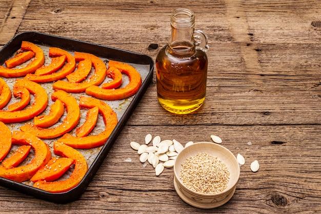 Gebackener kürbis mit pflanzenöl, sesam und gewürzen. gesundes lebensmittelkonzept des strengen vegetariers