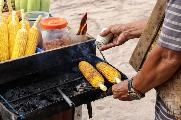 Gebackener mais verkauft am strand in bali-insel, indonesien, horizontale ausrichtung