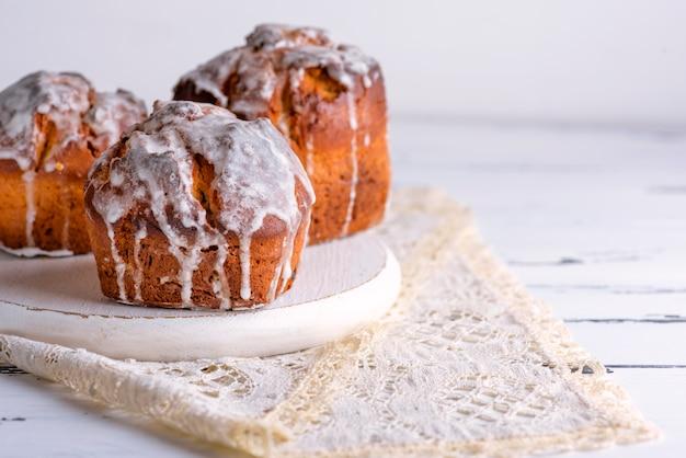 Gebackener osterkuchen mit weißer zitronenglasur