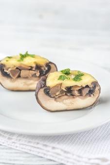 Gebackener pilz gefüllt mit mozzarella