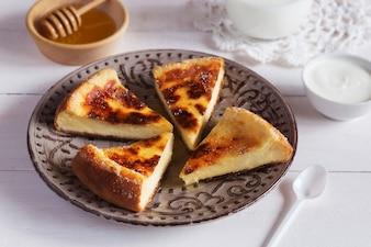 Gebackener Pudding mit Honig und Sahne