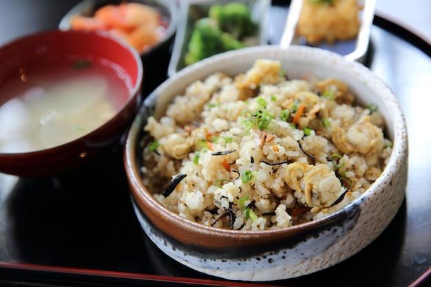 Gebackener reis mit jakobsmuschel japanisches essen