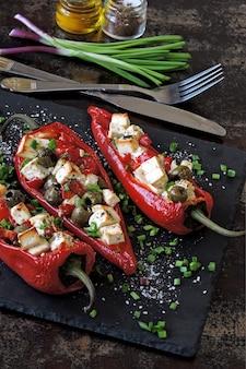 Gebackener roter paprika gefüllt mit feta und oliven. keto-diät. keto-rezept. vegetarisches mittagessen.