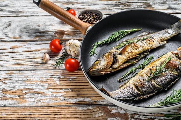 Gebackener seebarschfisch, gegrillter seebarsch