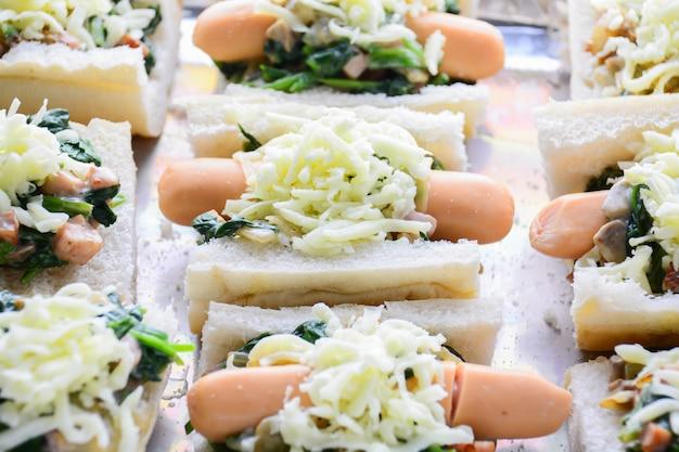 Gebackener spinat mit käse, wurst auf baguette, französisches brot