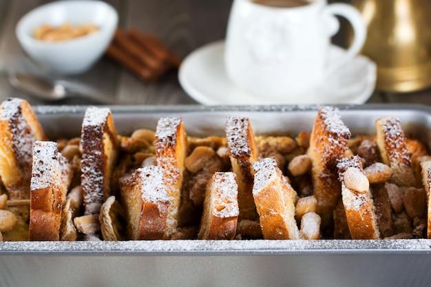 Gebackener toast mit bananen und erdnüssen auf dem alten holz.