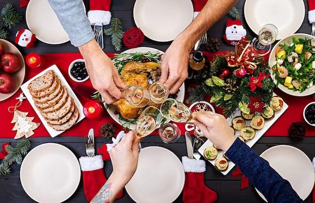 Gebackener truthahn. der weihnachtstisch wird mit einem truthahn serviert, der mit hellem lametta dekoriert ist