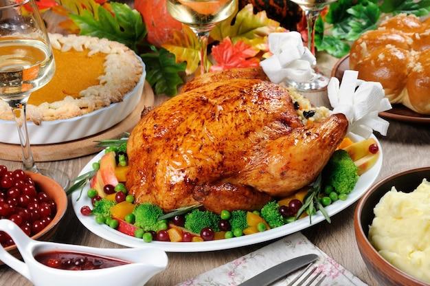 Gebackener truthahn mit gemüse kürbiskuchen kartoffelpüree auf dem tisch abendessen am thanksgiving day
