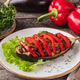 Gebackenes auberginenfleisch und roter pfeffer. nahansicht