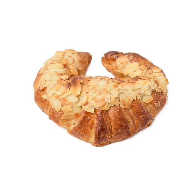 Gebackenes croissant bestreut mit mandeln, nachtisch lokalisiert auf weißem hintergrund, nahaufnahme