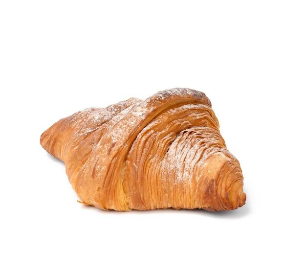 Gebackenes croissant isoliert auf weißem hintergrund und mit puderzucker bestreut