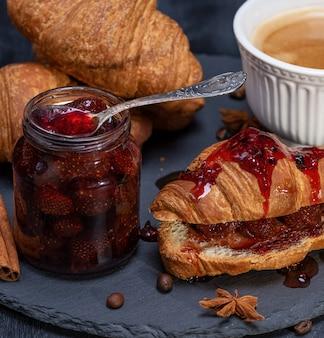 Gebackenes croissant mit erdbeermarmelade